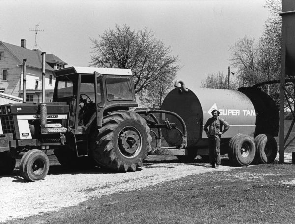 Antique International 1568 : Picture from of a farmer using his general ih