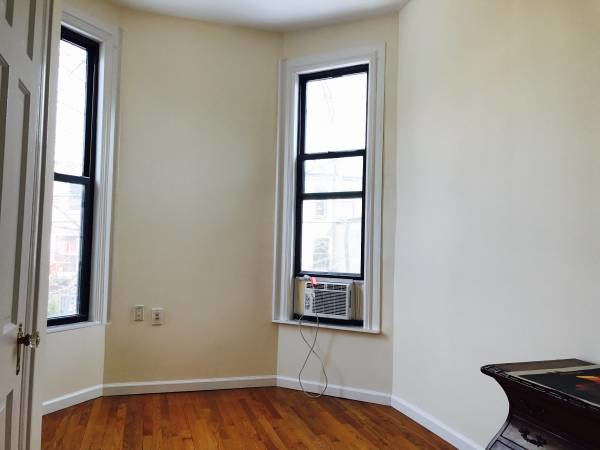 Private Living Room & Private Bedroom in Brownstone Flat-Share