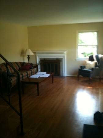 LARGE ROOM TO RENT/FREE UTILITIES/WIFI/TV/PARKING