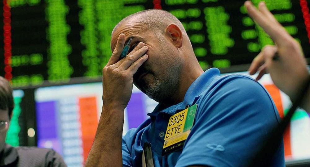 تخمة المعروض تهبط بالنفط وسط خسائر للأسهم الأميركية
