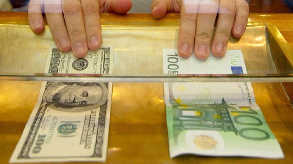 اليورو يهبط مع تراجع الإقبال على المخاطرة