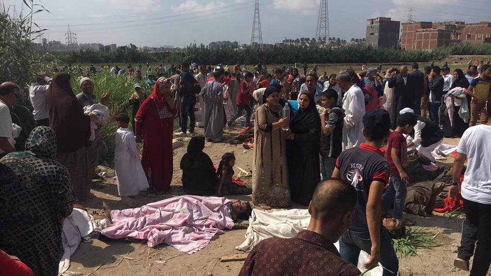 بالصور .. عشرات القتلى والجرحى بتصادم قطارين في الإسكندرية