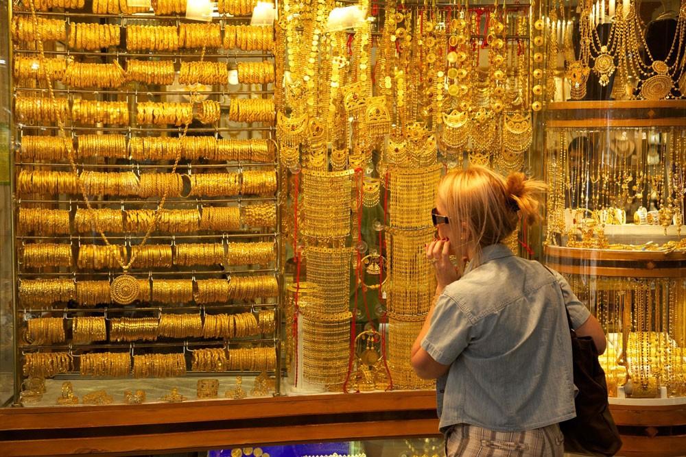 خادمة تسرق ذهب مخدومتها وتبيعه بأقل من نصف سعره