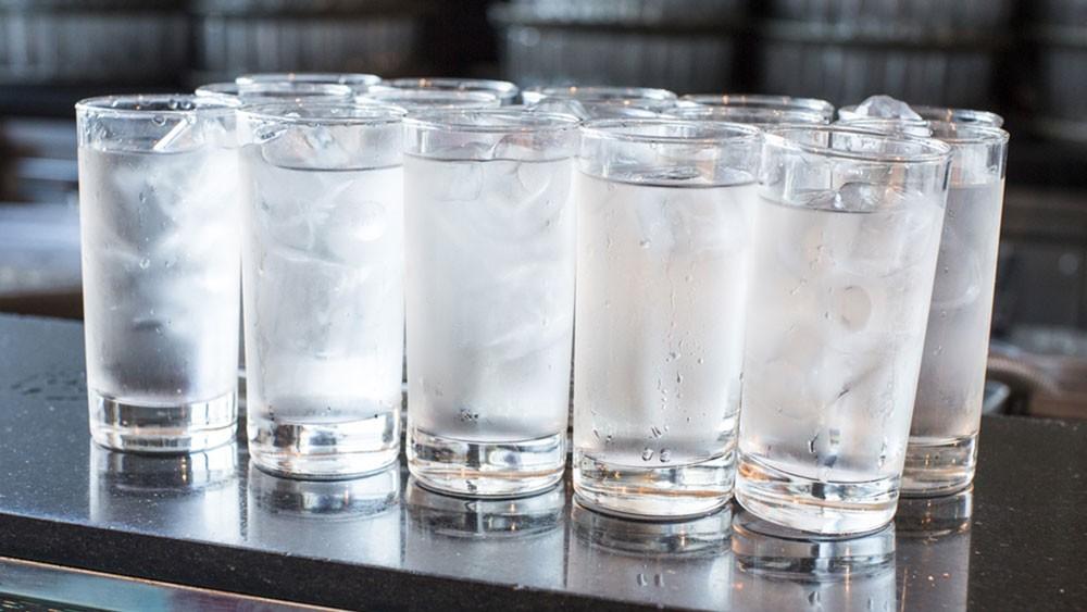 فوائد شرب الماء البارد على الصحة العامة للجسم