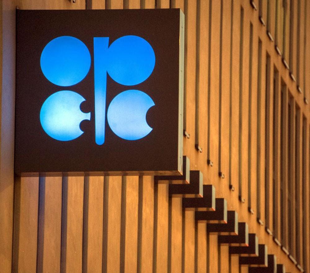أوبك ترى عملية إعادة توازن سوق النفط قادمة