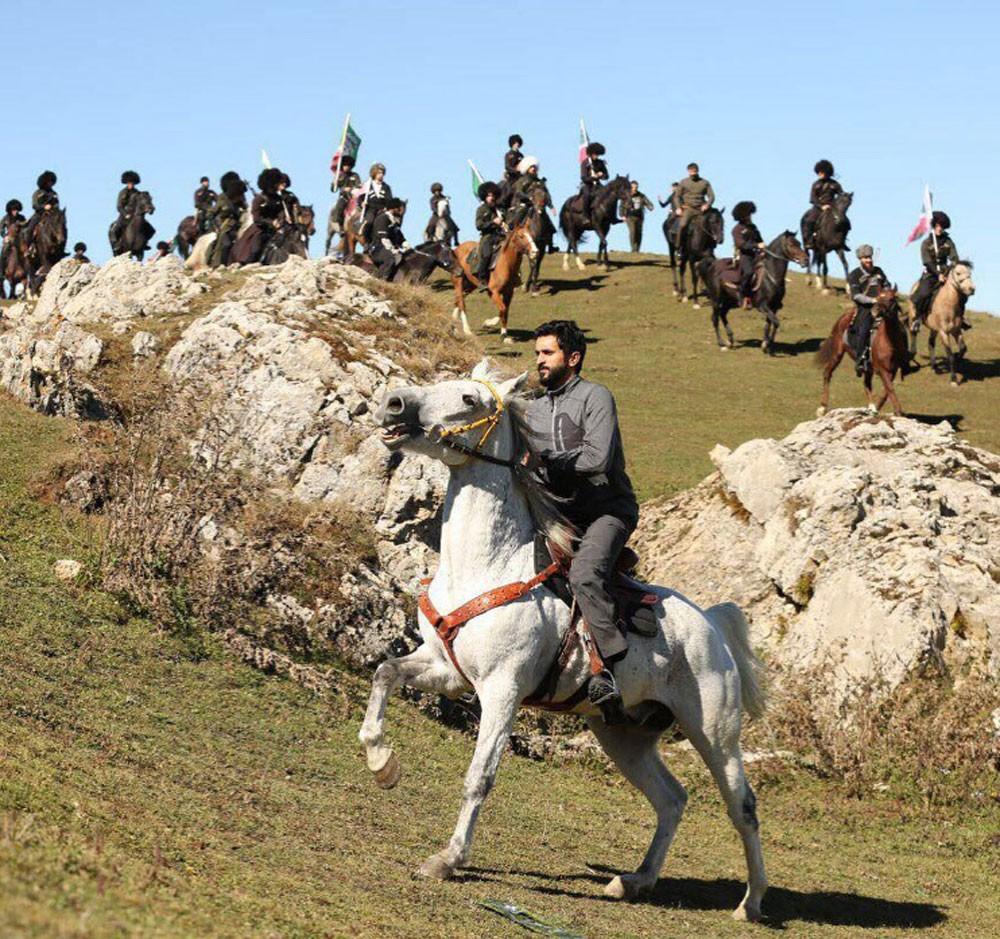 ناصر بن حمد يمارس ركوب الخيل في الشيشان برفقة الرئيس