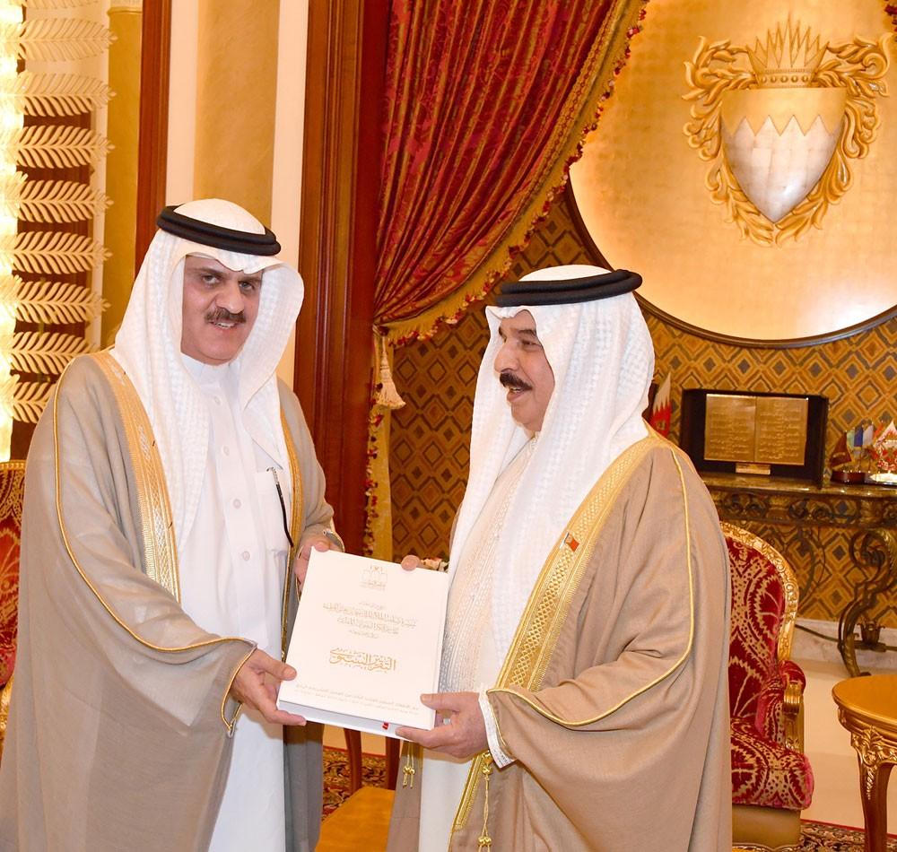 جلالة الملك يستقبل رئيسي مجلسي الشورى و النواب ويتسلم التقرير السنوي