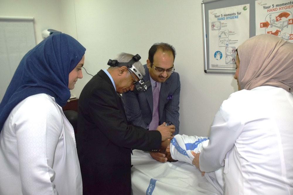 بروفيسور هندي زائر يُعاين 12 حالة نادرة ودقيقة لشبكية العين بمجمع السلمانية