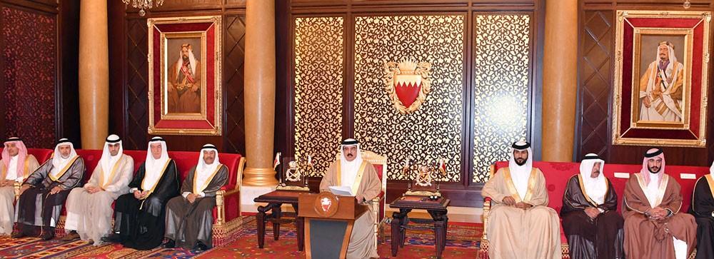 """جلالة الملك يستقبل المشاركين في فعالية """"هذه هي البحرين"""" ويشيد بالنتائج التي حققتها"""
