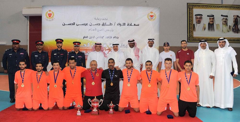 رئيس الأمن العام يتوج فريق الأكاديمية الملكية للشرطة بطلاً لخماسيات كرة القدم