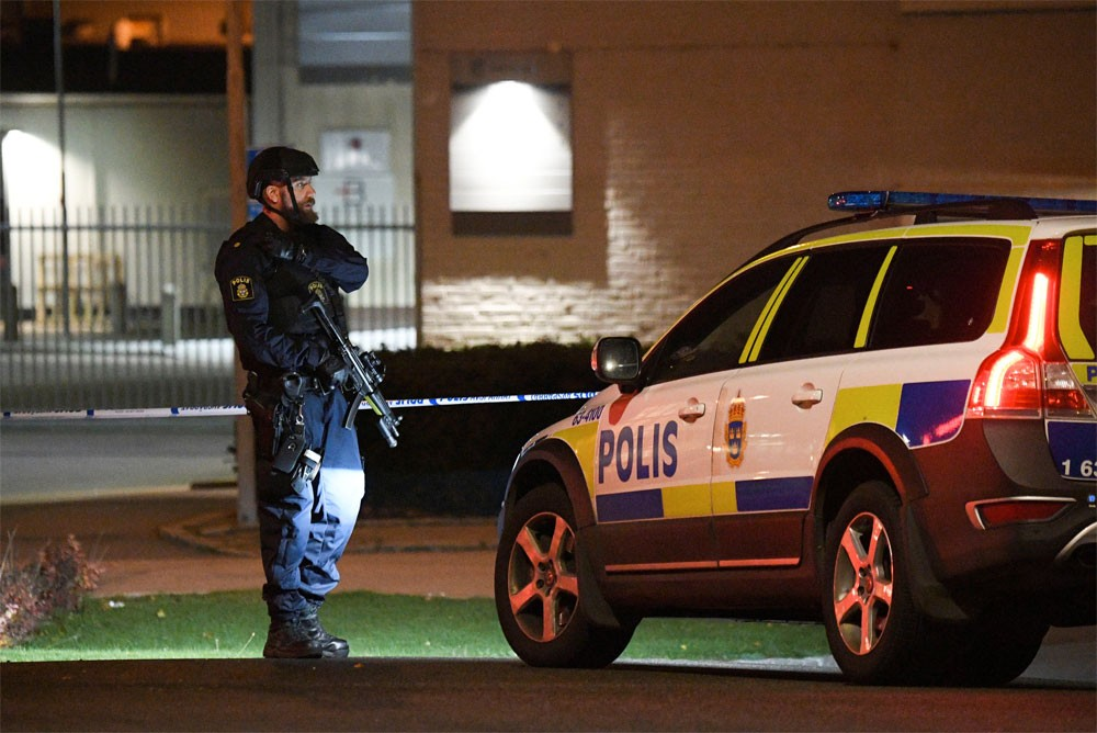 انفجار يلحق أضراراً بمركز شرطة بالسويد دون إصابات