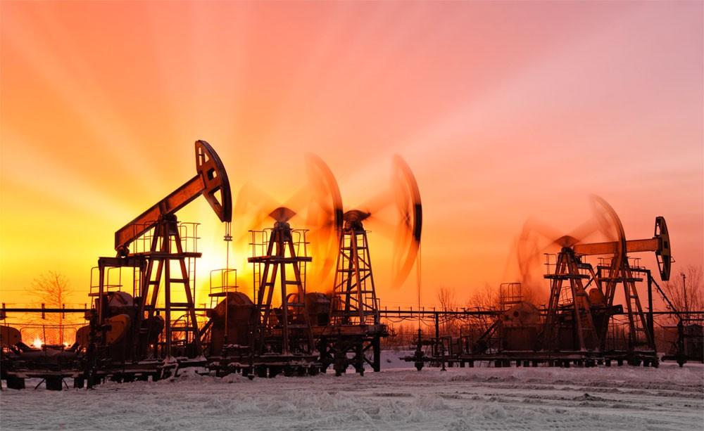 النفط يبدد مكاسبه المبكرة مع زيادة الإمدادات الأميركية