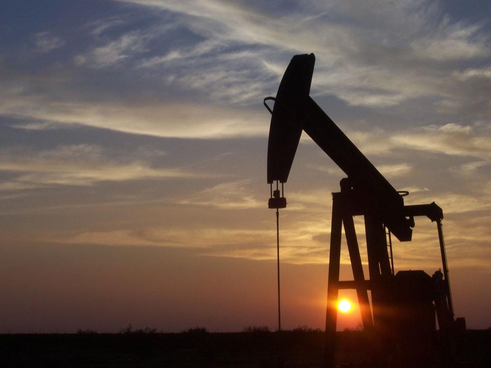 """الإنتاج الأميركي """"يضغط"""" على النفط"""