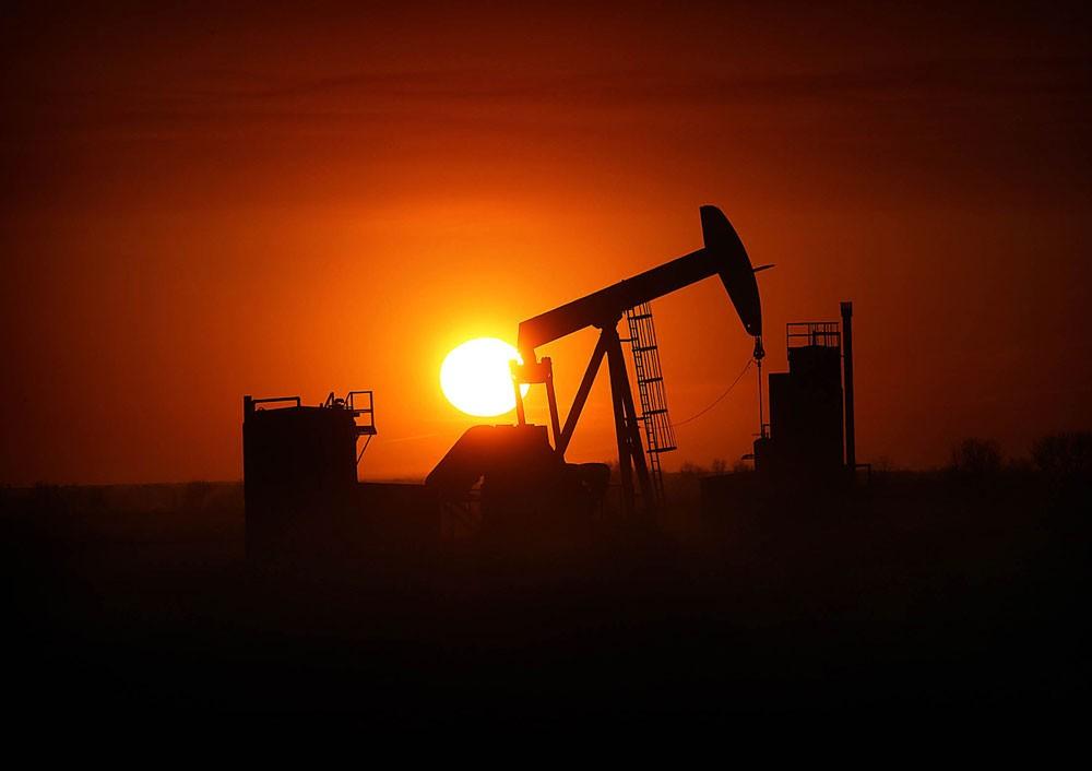النفط ينخفض وسط موجة هبوط تجتاح الأسواق العالمية