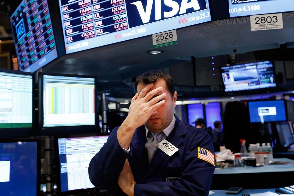 وول ستريت تفتح منخفضة بفعل خسائر لقطاعي التكنولوجيا والبنوك