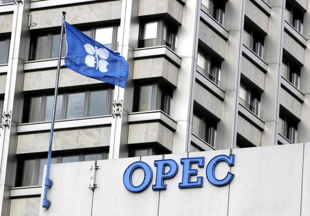 أوبك تتوقع تحسن سوق النفط في 2018