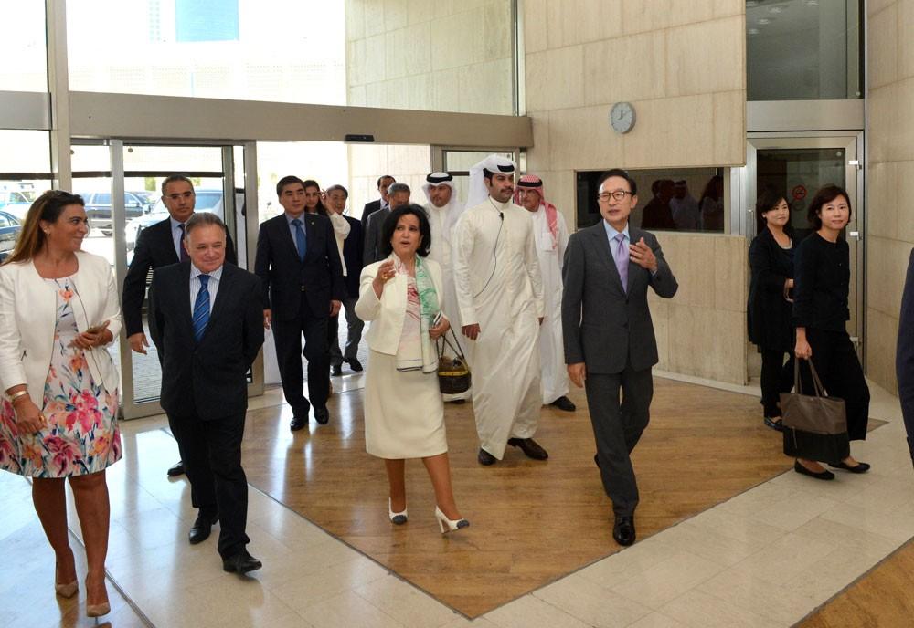 رئيس كوريا الجنوبية الأسبق يزور متحف البحرين الوطني