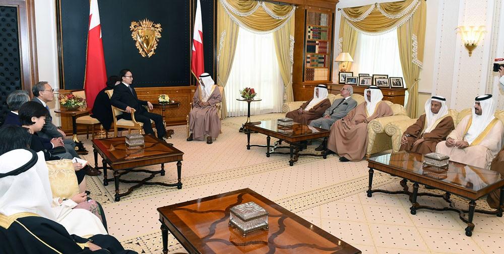 رئيس الوزراء يؤكد حرص البحرين على توثيق التعاون التجاري والاقتصادي والاستثماري