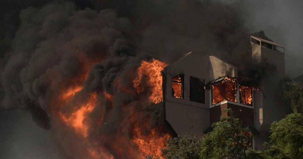 حريق كاليفورنيا.. خوف ومنازل تحولت إلى رماد