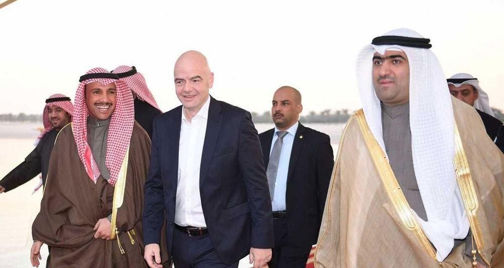رئيس الفيفا يصل الكويت.. ويزف لها خبرا سارا