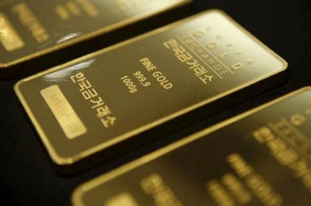 الذهب يتماسك قرب أدنى مستوياته في شهرين مع صعود الدولار