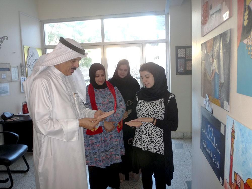 وزير التربية يطلع على تجربة تعزيز المناهج الدراسية باستخدام الرسومات الفنية