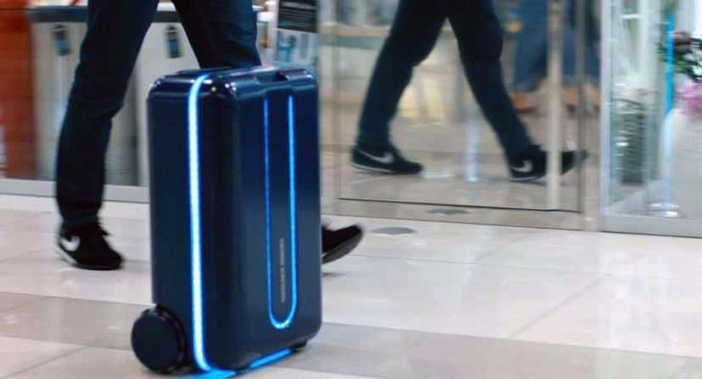 حقيبة السفر تسير خلف صاحبها