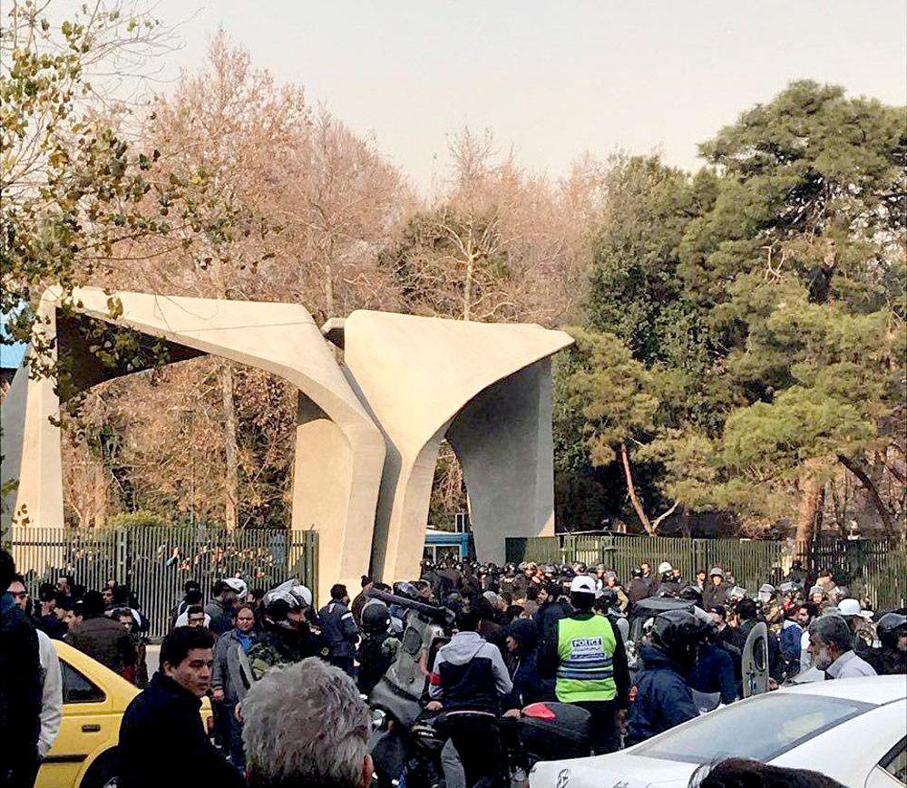إيران.. الطلاب ومواقع التواصل وراء اندلاع الاحتجاجات