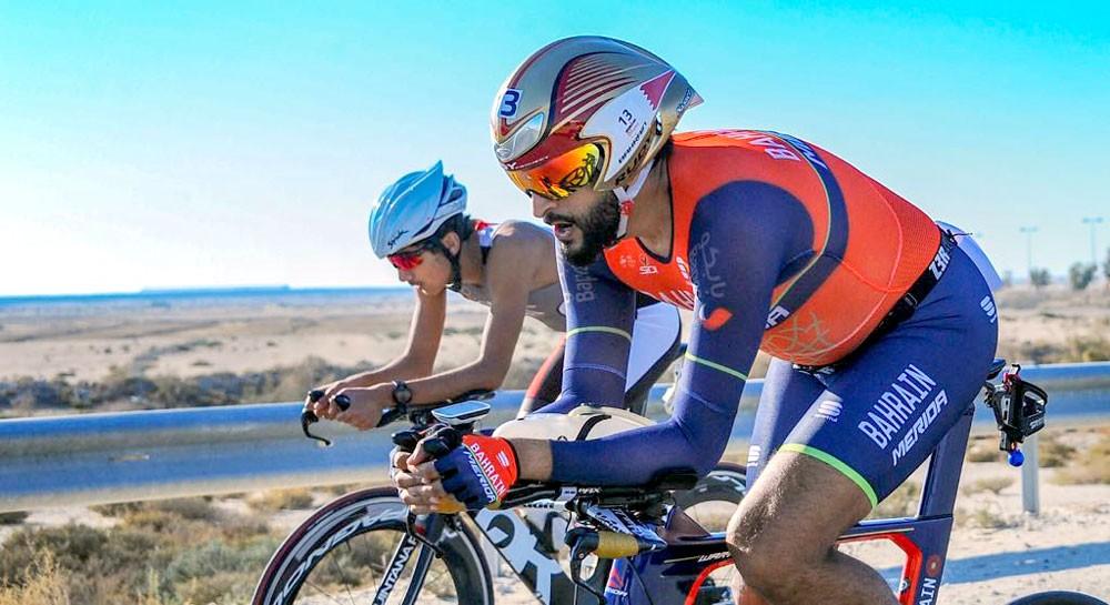ناصر بن حمد يشارك في سباق الدراجات الهوائية وسط مشاركة كبيرة وواسعة