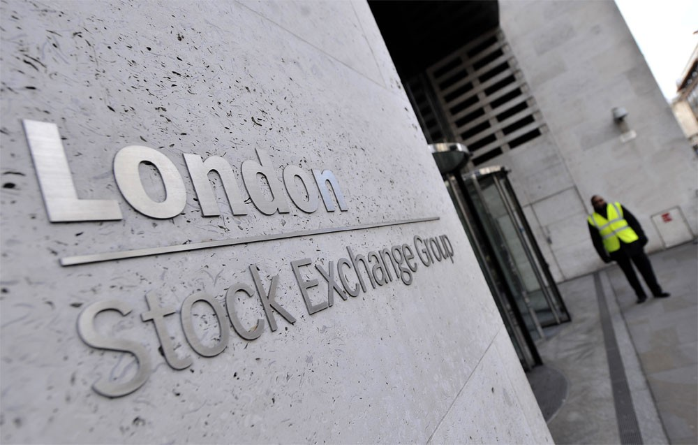 المؤشر القياسي للأسهم البريطانية يغلق عند مستوى قياسي مرتفع