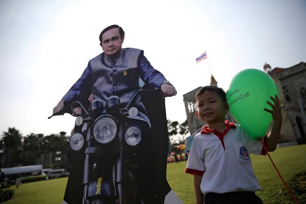 صور بالحجم الطبيعي لرئيس وزراء تايلاند في يوم الطفل