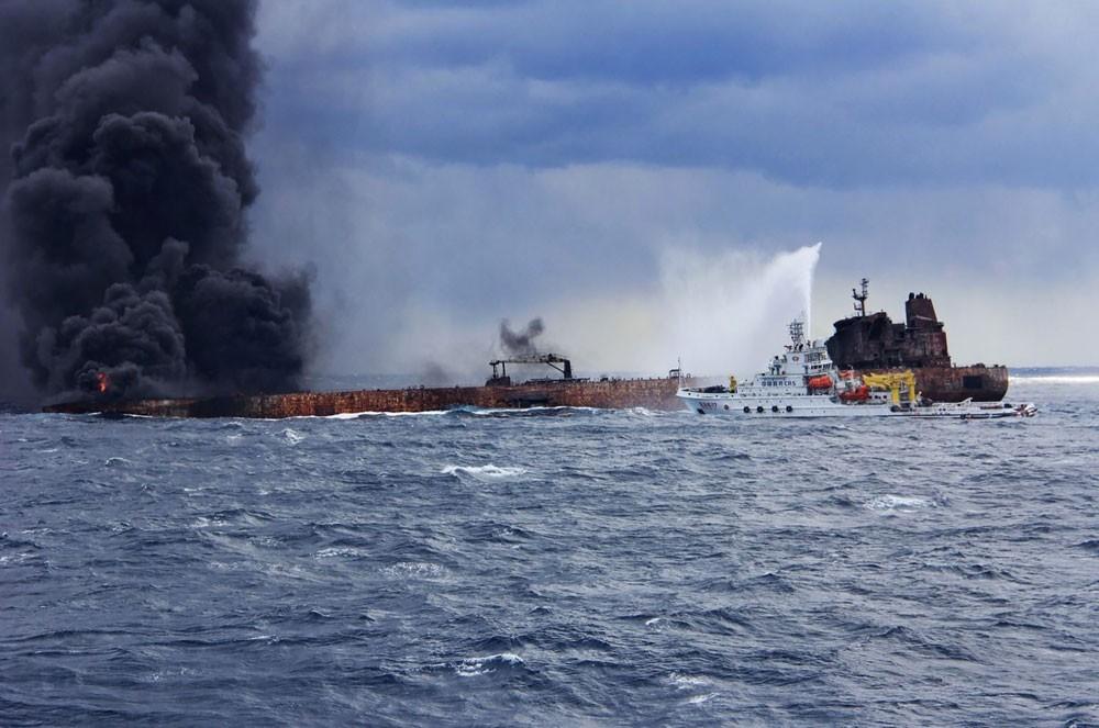 التلفزيون الصيني: غرق ناقلة النفط الإيرانية المشتعلة