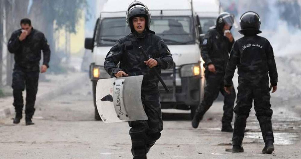 تونس.. الشرطة تفرق المحتجين بالغاز المسيل للدموع