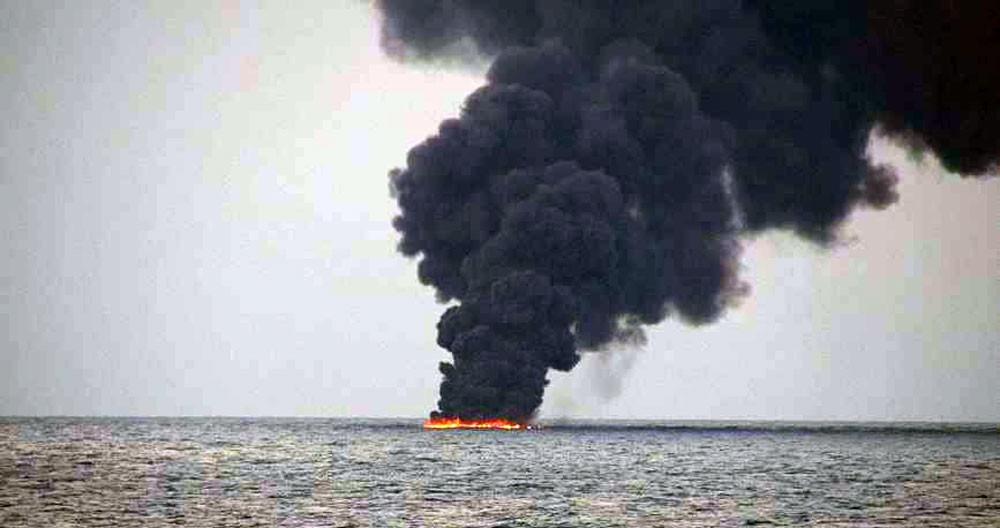 """بقعة زيتية """"هائلة"""" بعد غرق الناقلة الإيرانية"""