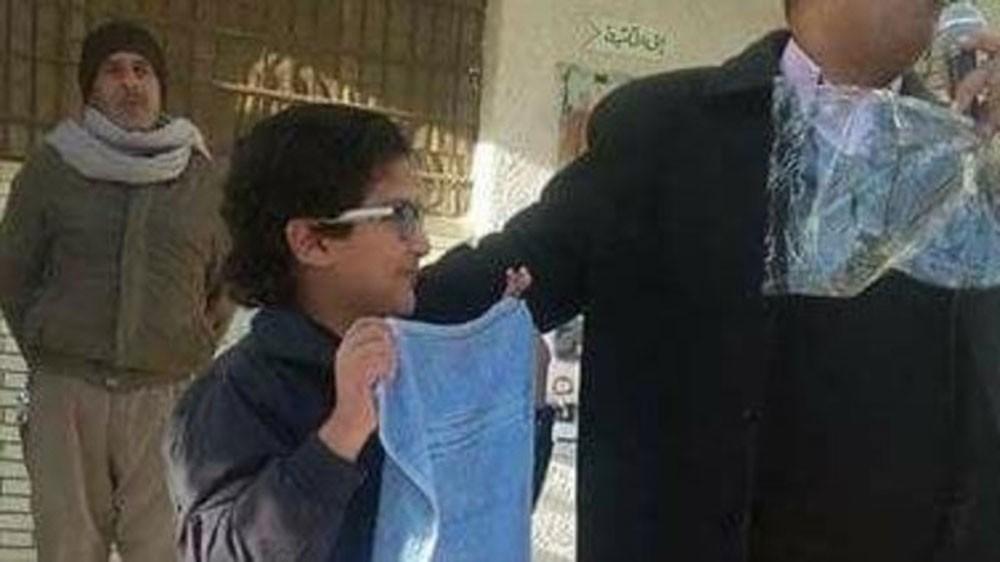 مدرسة مصرية تكافئ طالبا متفوقا بأغرب هدية