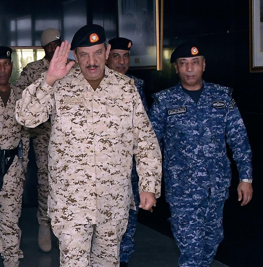 القائد العام يقوم بزيارة ميدانية إلى عدد من أسلحة و وحدات قوة دفاع البحرين