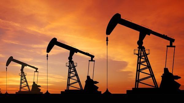 النفط يهبط مع تصاعد المخاوف بشأن الإمدادات