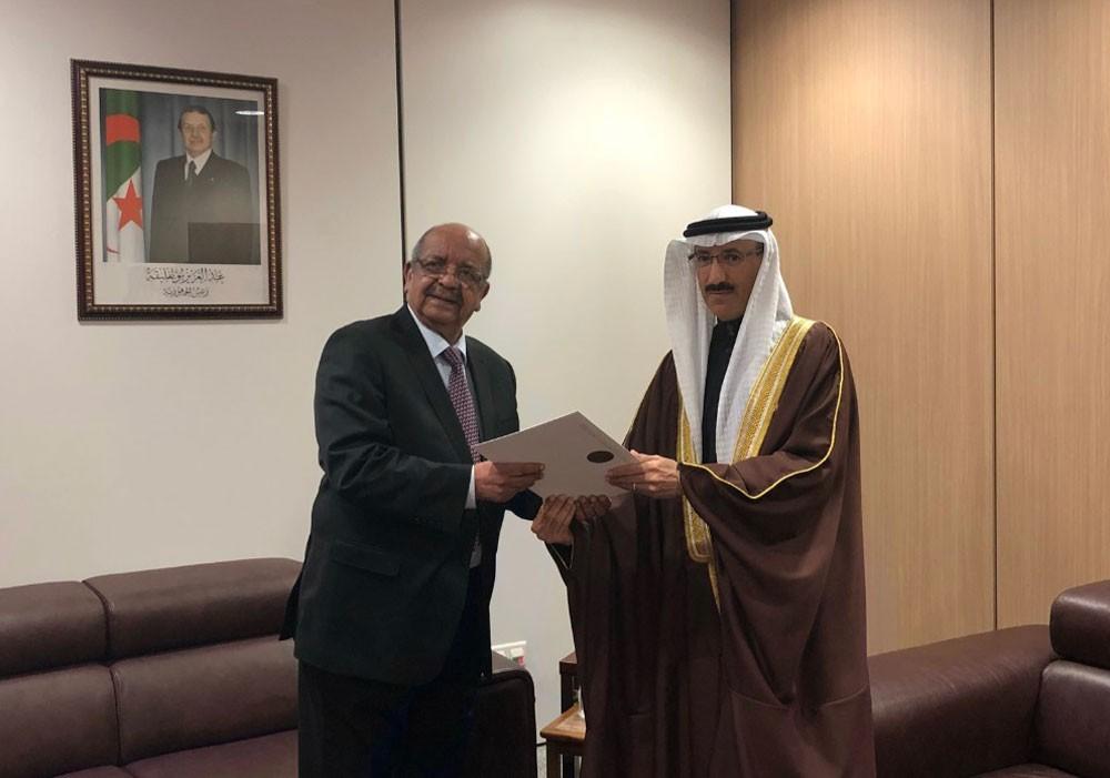 السفير البحارنة يقدم نسخة من أوراق اعتماده كسفير بالجزائرية