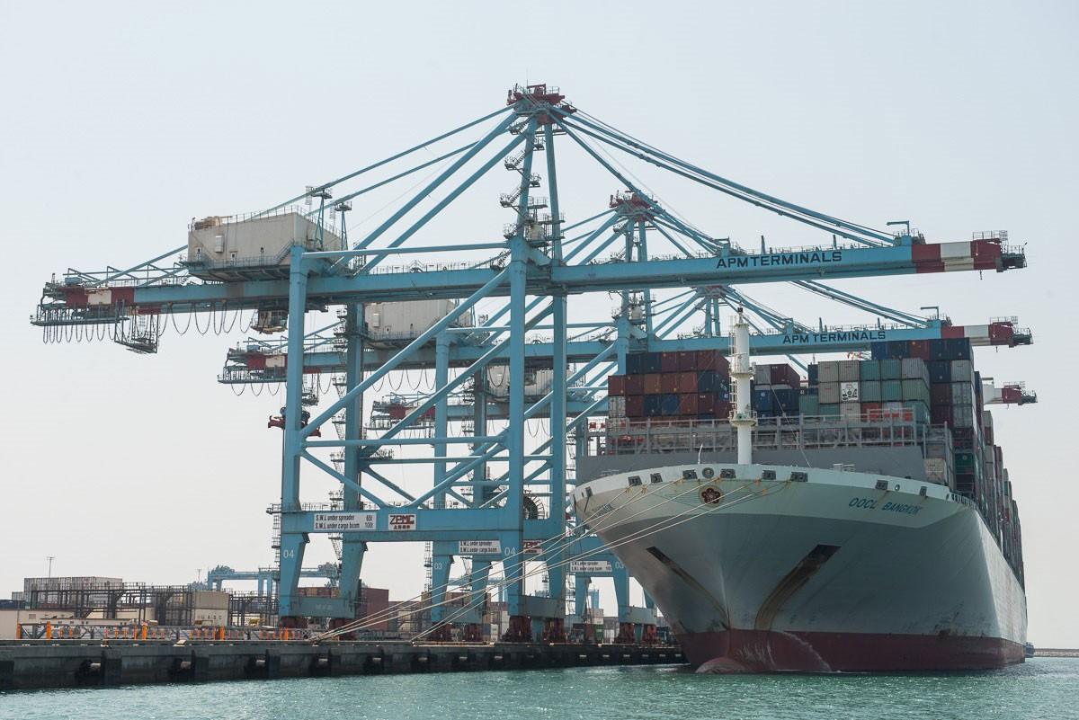 استمرار النمو في أعداد الحاويات والبضائع بميناء خليفة بن سلمان