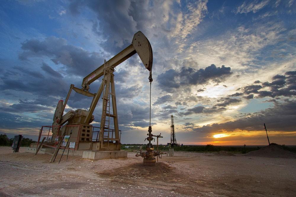 النفط يغلق مرتفعا مسجلا اعلى مستوياته في ثلاثة اسابيع