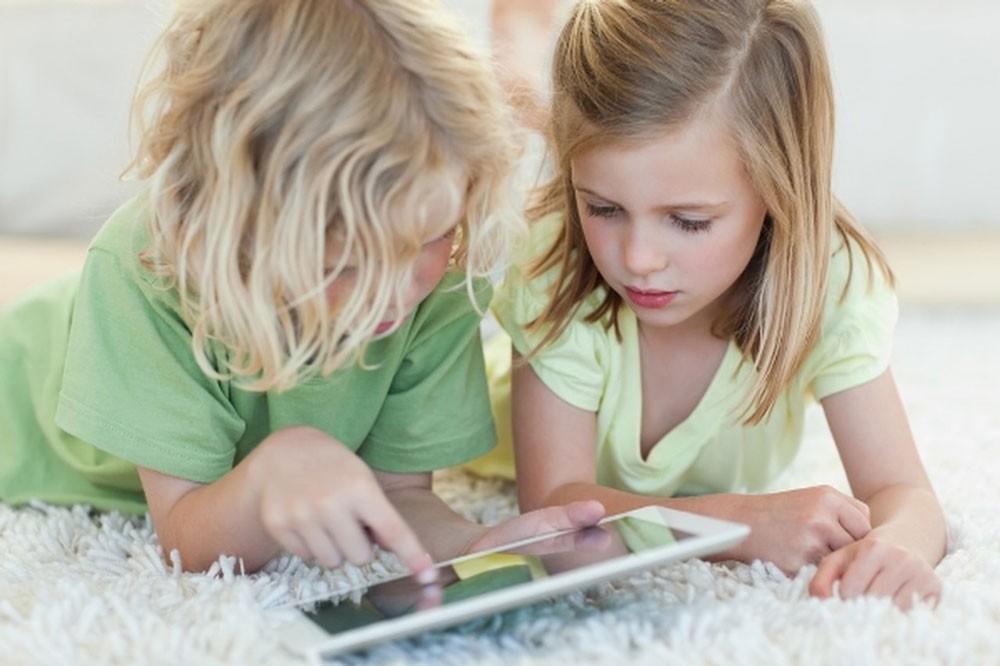 بأمر العلم: لا تسلّوا أطفالكم بهواتفكم