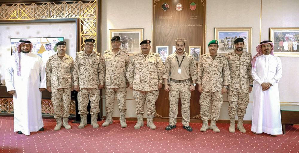 خالد بن حمد يستقبل فريق تجديد الآليات العسكرية بقوة دفاع البحرين