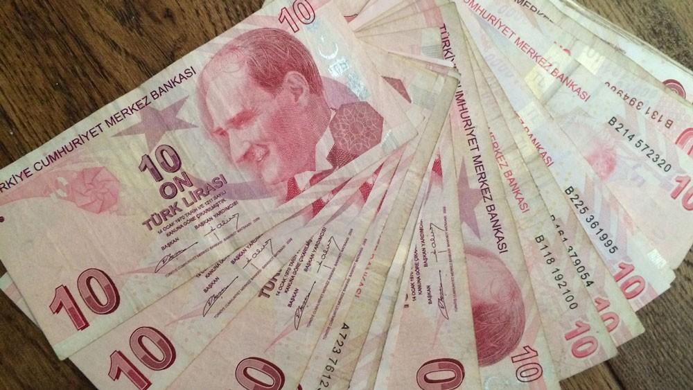 الليرة التركية تتراجع لمستوى قياسي وسط قلق بشأن الاقتصاد