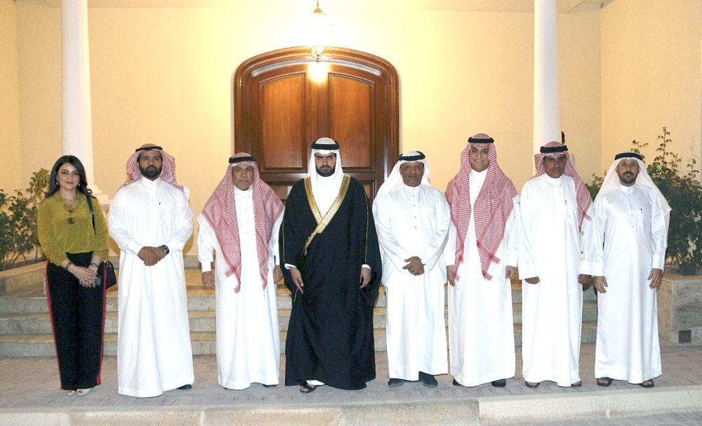 سمو الشيخ عيسى بن علي يستقبل وفدا من مؤسسة الأمير محمد بن فهد بن عبدالعزيز للتنمية الإنسانية