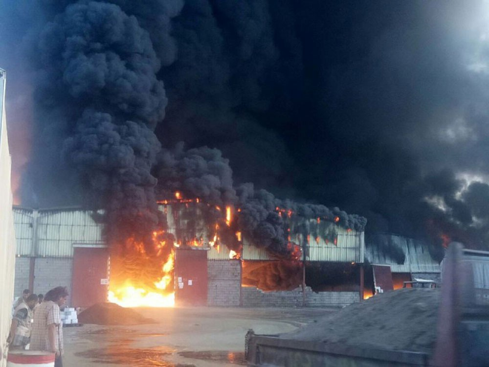 حريق هائل يلتهم مخازن إغاثية غرب اليمن