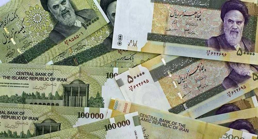 انهيار الريال الإيراني يدفع السلطات للتدخل