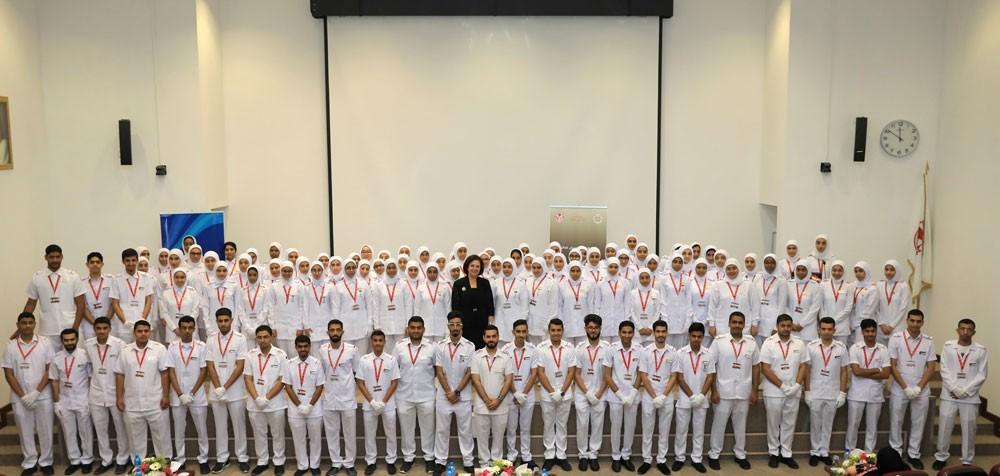 147 طالباً بجامعة البحرين يضيئون الشموع معتمرين زي التمريض