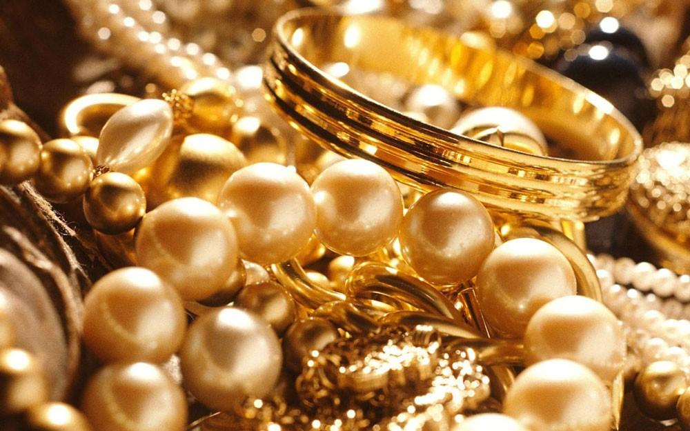 محتال يستولي على مجوهرات سيدة وقريباتها بادعاء مضاعفتها لهن