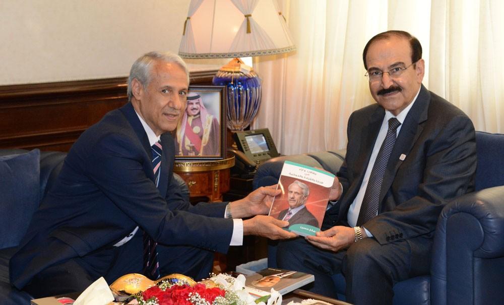 ميرزا يستقبل الكاتب صالح حسين ويهديه نسخة من اصداراته الجديدة