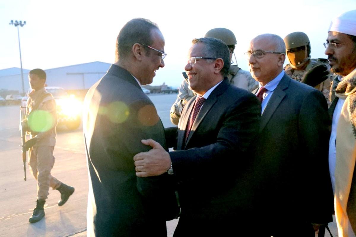 بن دغر وفريقه الوزاري يعودون إلى عدن